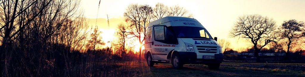 LOLAB-Fahrzeug im Sonnenuntergang